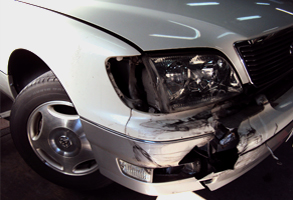 前方バンパー損傷とライト破損の修理前